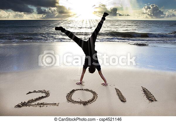 2011, sandstrand, junger, sonnenaufgang, jahr, neu , glücklich, handstand, feiern, mann - csp4521146
