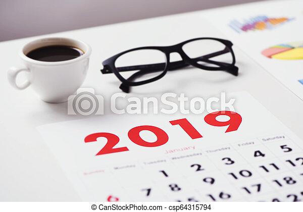 2019, kalender, brillen, diagrammen, koffie - csp64315794