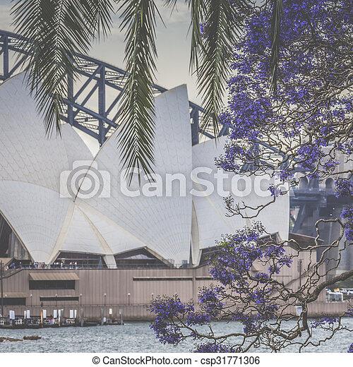 SYDNEY - 25 DE OCTUBRE Sydney Opera House Vista al 25 de octubre de 2015 en Sydney, Australia. La ópera de Sydney es un famoso centro de artes. Fue diseñado por el arquitecto danés Jorn Utzon, que finalmente abrió en 1973. - csp31771306