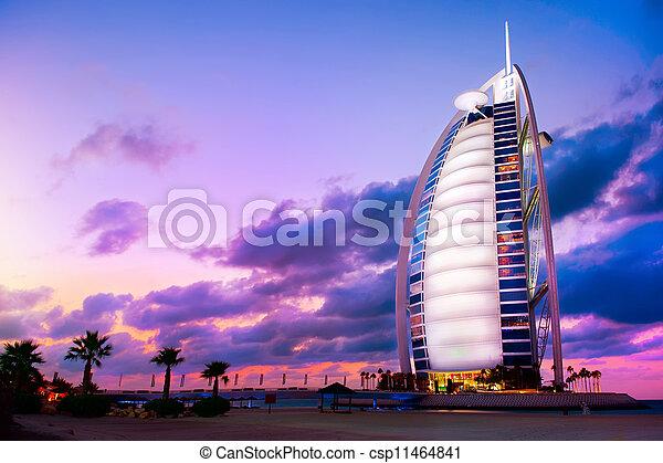 DUBAI, UAE - 27 DE NOVIEMBRE: Burj al arab hotel en el nov 27, 2011 en Dubai. Burj Al Arab es un hotel de lujo de 5 estrellas construido en una isla artificial frente a la playa de Jumeirah. - csp11464841