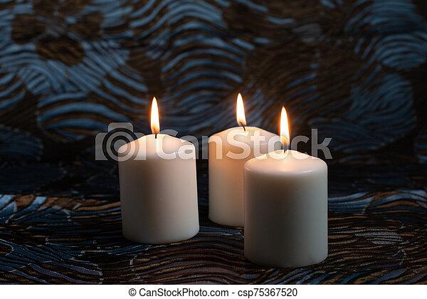 3, 白, バックグラウンド。, 蝋燭, 火をつけられた, 暗い - csp75367520