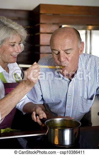 Una pareja mayor cocinando juntos - csp10386411