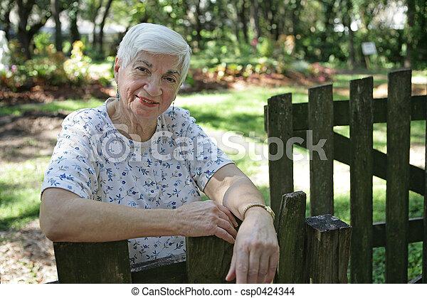 Señora mayor en el jardín - csp0424344