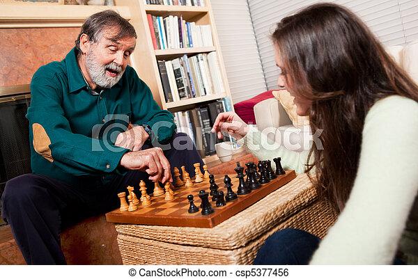 Senior jugando ajedrez - csp5377456