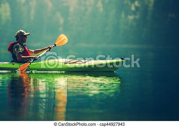 Kayaker Senior en el lago - csp44927943