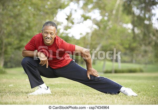 Un veterano haciendo ejercicio en el parque - csp7434964