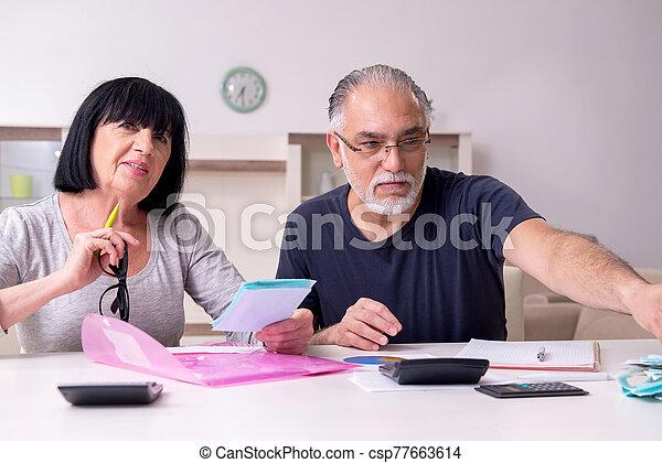 3º edad, planes, financiero, discutir, pareja - csp77663614
