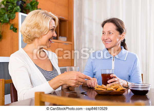 3º edad, té de bebida, damas - csp84610529