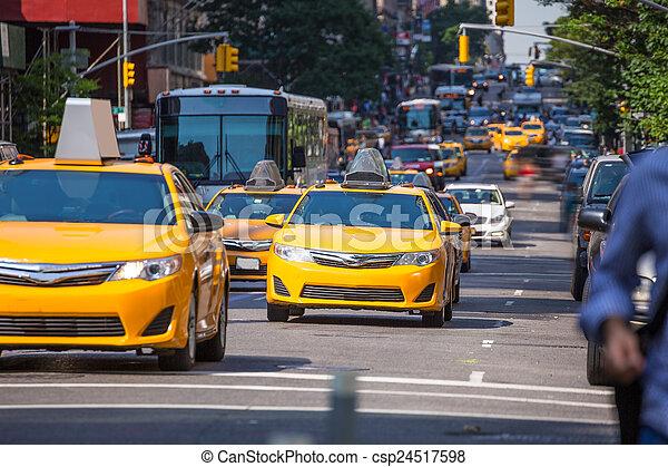 Cabina amarilla de la avenida 5 av Nueva York Manhattan - csp24517598