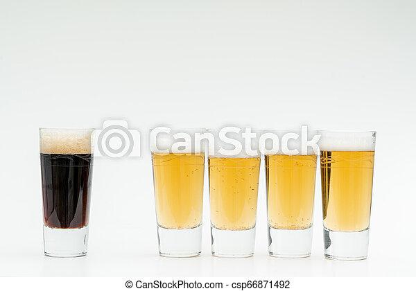 Cinco vasos de cerveza simbolizan la diversidad - csp66871492