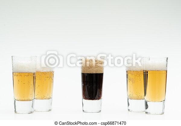 Cinco vasos de cerveza simbolizan la diversidad - csp66871470