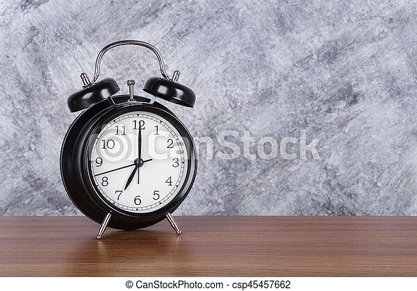 Welp 7 uur, muur, ouderwetse , klok, hout, achtergrond, tafel. 7 uur BV-92