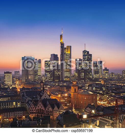 Frankfurt am Main Cityscape de noche, vista aérea - csp59597199