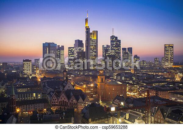 Frankfurt am Main Cityscape de noche, vista aérea - csp59653288