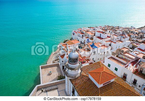 Playa Peniscola y vista aérea del pueblo en España de Castellon - csp17978159