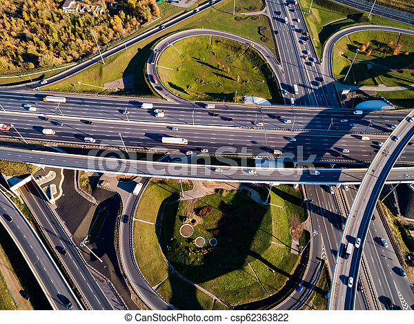 Vista aérea de un cruce de autopistas en Moscú. - csp62363822