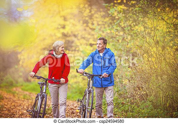 aînés actifs, marche, vélo - csp24594580