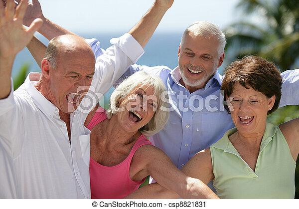 aînés, heureux - csp8821831