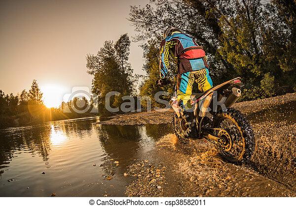 Un motociclista en Enduro - csp38582011
