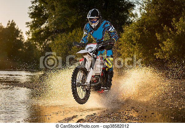 Un motociclista en Enduro - csp38582012