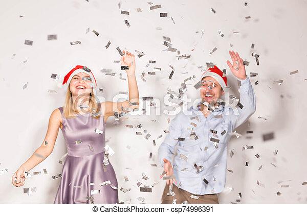 año, gente, confeti, regado, joven, navidad blanca, -, fiesta, concepto, fondo., nuevo, alegre - csp74996391