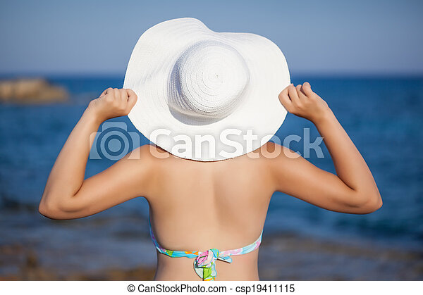 A woman in hat is posing - csp19411115