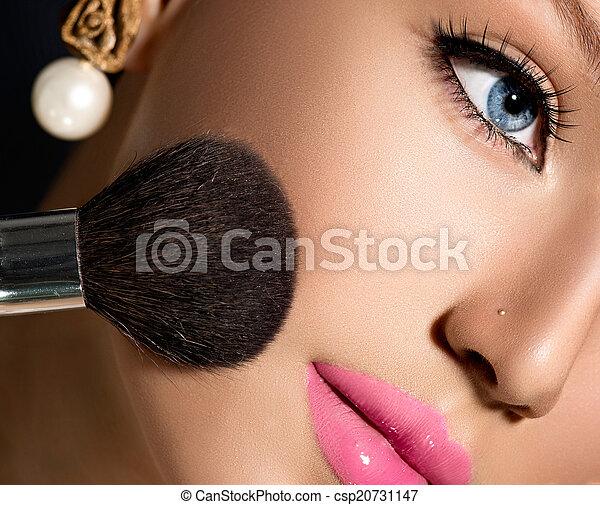 aan het dienen makeup, schoonheidsmiddel, poeder, make-up, closeup., borstel - csp20731147