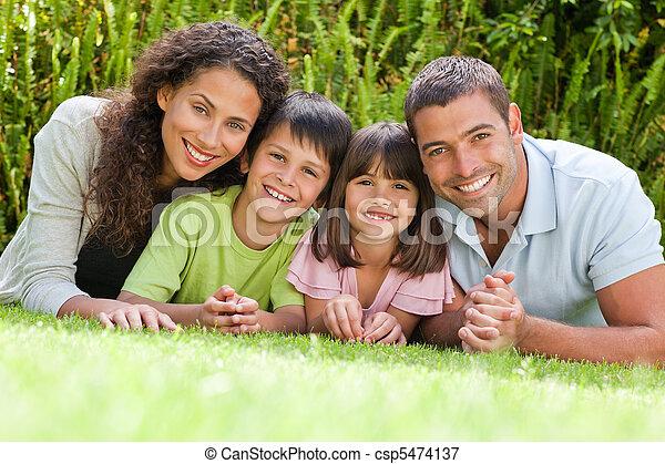 abajo, acostado, jardín, familia , feliz - csp5474137