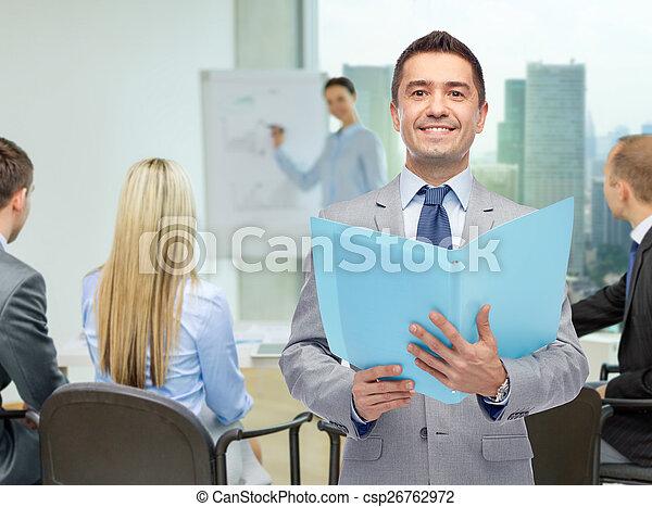 Un hombre de negocios feliz con carpeta abierta - csp26762972