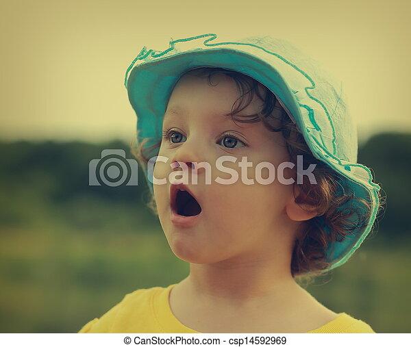 Sorprendente niño divertido con la boca abierta mirando al aire libre. Primer plano - csp14592969