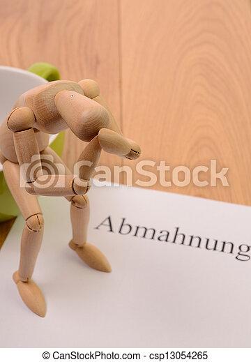 Abmahnungsschreiben Auf Einem Tisch Verzweifelte Figur Sitzt Auf