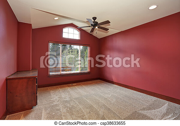 Habitación vacía roja con techo acorazado. - csp38633655