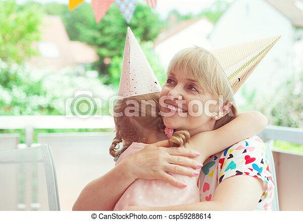 Retrato De Abuela Feliz Abraza A Su Nieta En Su Fiesta De