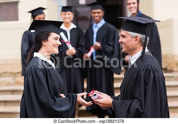 absolwent, odbiór, dyplom, młody - csp18821376