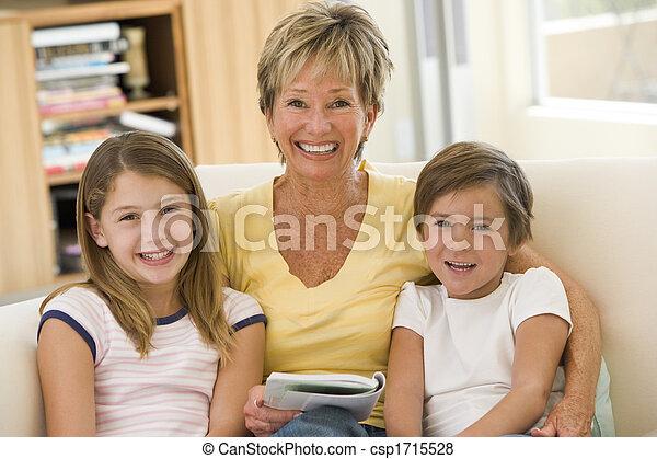 La abuela leyendo con nietos. - csp1715528