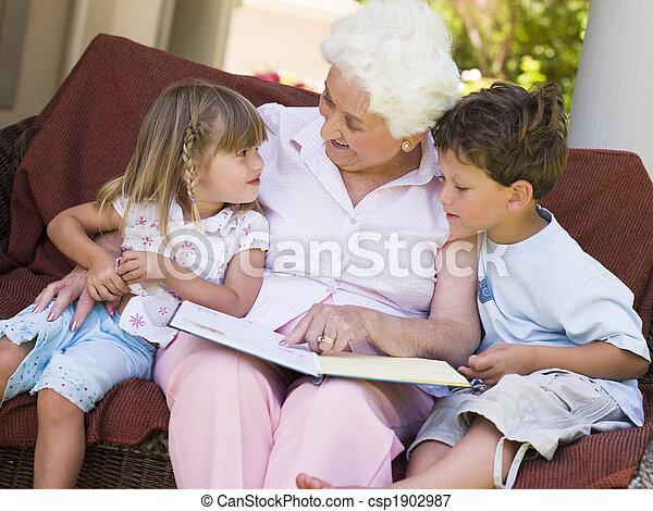 La abuela leyendo a los nietos - csp1902987