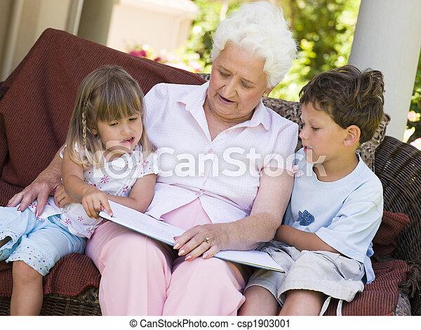 La abuela leyendo a los nietos - csp1903001