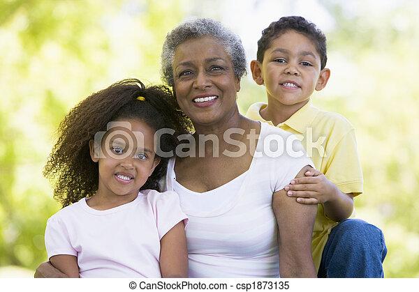 La abuela posando con nietos - csp1873135