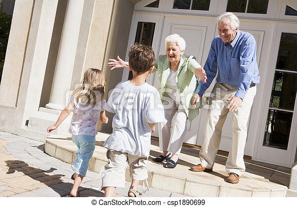 Los abuelos dan la bienvenida a los nietos - csp1890699