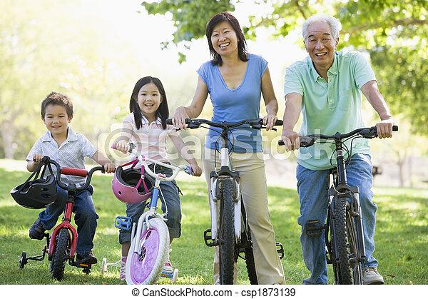 Los abuelos van en bicicleta con nietos - csp1873139