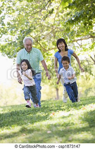 Abuelos corriendo con nietos - csp1873147