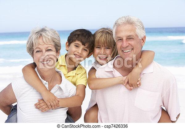 Los abuelos y los nietos descansan en la playa - csp7426336