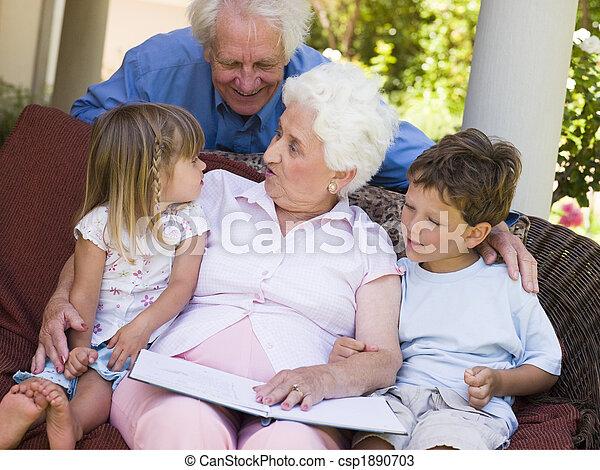 Los abuelos leen a los nietos - csp1890703