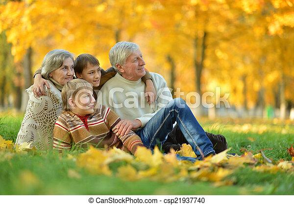 Abuelos y nietos - csp21937740