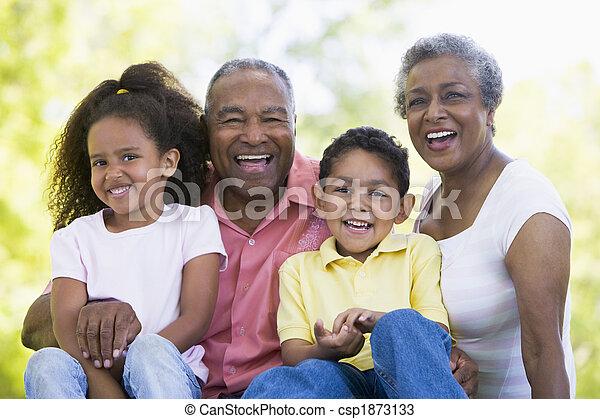 Abuelos riéndose con nietos - csp1873133