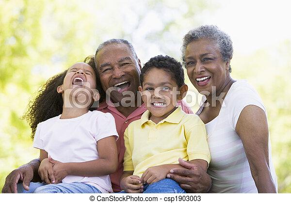 Abuelos riéndose con nietos - csp1903003