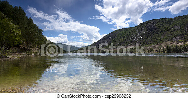 La costa del río en el sendero BC, Canadá - csp23908232