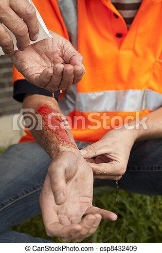 primeros auxilios. Accidente en el trabajo. - csp8432409