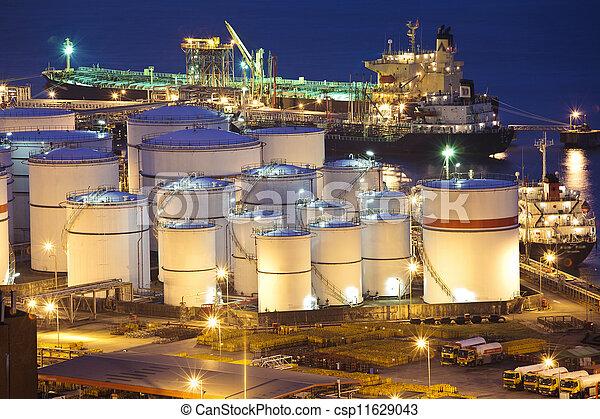 Escena de tanques de petróleo por la noche - csp11629043