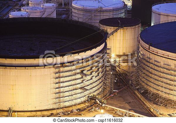 Tanques de petróleo por la noche - csp11616032